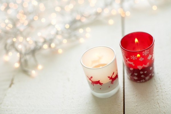 Glass candle holder with Christmas decorations - White